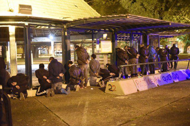 La policía detuvo anoche a 28 personas