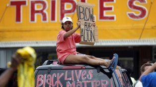 ¿Racismo?. Familiares y conocidos del joven afroamericano muerto Alton Sterling reclamaron justicia.