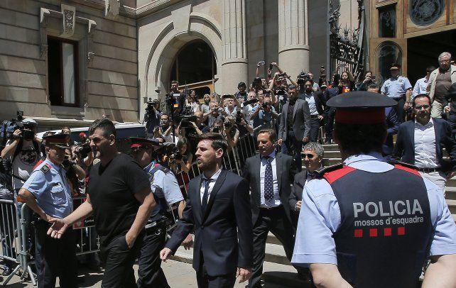 Atracción. La foto del 2 de junio muestra a Leo y su papá (con lentes) saliendo de la Corte Judicial de Barcelona.