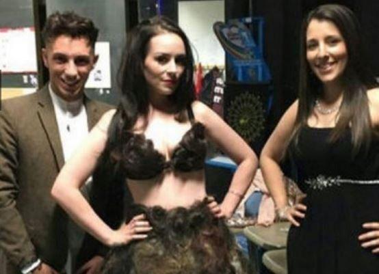 El vestido lleva 3000 recortes de vello púbico.