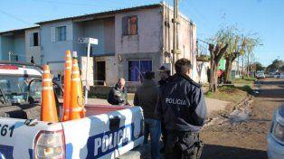 Efectivos de la policía de Necochea apostados en el frente de la casa donde vivían los Vecino.