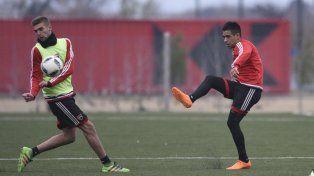 Figueroa (buzo rojo) ensaya un remate en un entrenamiento.