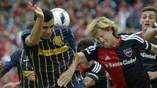 Pelota dividida. Herrera y Mateo saltan a disputar una pelota en el clásico pasado.