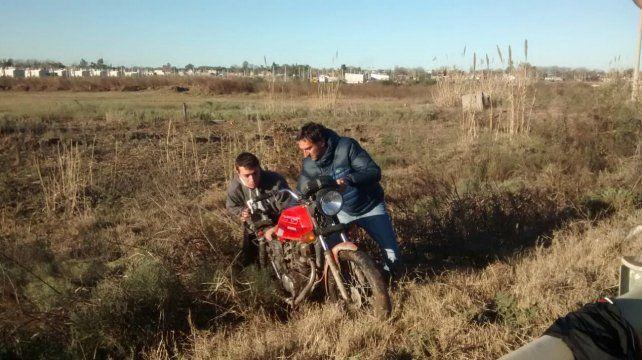 La moto en la que se desplazaban los delincuentes.