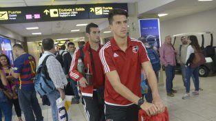 En tránsito. Los jugadores leprosos partieron ayer del aeropuerto de Ezeiza y tuvieron que hacer escala en Panamá.