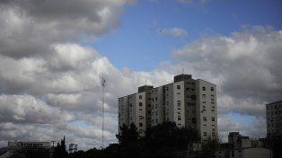 Alunas nubes salpican el cielo de barrio La Tablada.