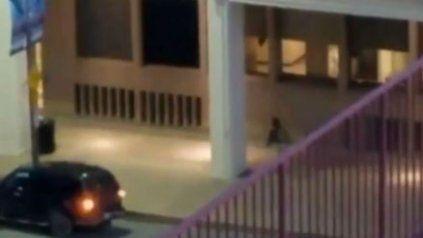 un video muestra cuando el tirador de dallas rodea a un policia y lo mata a sangre fria