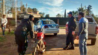 La moto en la que se desplazaban los delincuentes fue secuestrada por la policía.