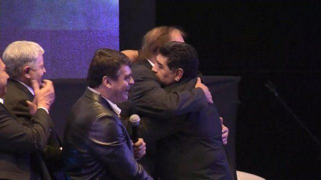 Diego Maradona y Carlos Bilardo se fundieron en un abrazo en la cena de los campeones del 86.