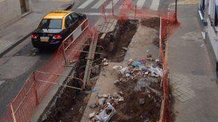 Un pozo en pleno centro que pone en riesgo a autos y transeúntes y es un juntadero de basura