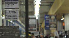 En Coto dijeron ayer que aún no se había decidido si hoy abriría, pero aparecieron carteles con el horario del sábado.