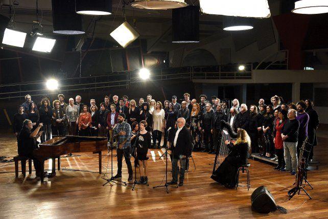 Todos juntos. Una de las escenas del video con la participación de la mayoría de los cantantes y su brillante interpretación.