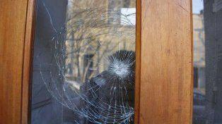 Peligroso. Un vidrio muestra rastros del ataque a la mujer en La Plata.
