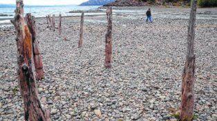 Raro. Los pilotes del muelle de la playa Bahía Serena quedaron al descubierto.