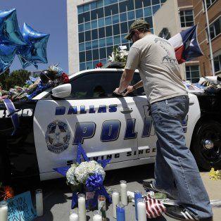 Conmoción. Los estadounidenses depositaron flores en uno de los patrulleros cuyos oficiales fueron asesinados.