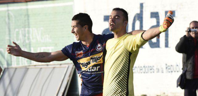 Las figuras. Ferrari y Romero disfrutan de la clasificación charrúa ante Atlético San Jorge.