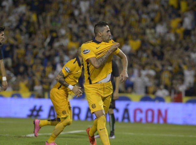 El Flaco besa el escudo canalla en el festejo de un gol.