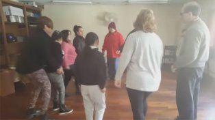 El video comparte una clase donde los estudiantes ciegos aprenden a bailar folclore.