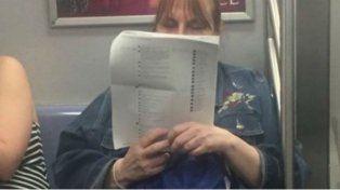 Se imprime los comentarios que le dejan en Facebook y los lee cuando viaja en el subte
