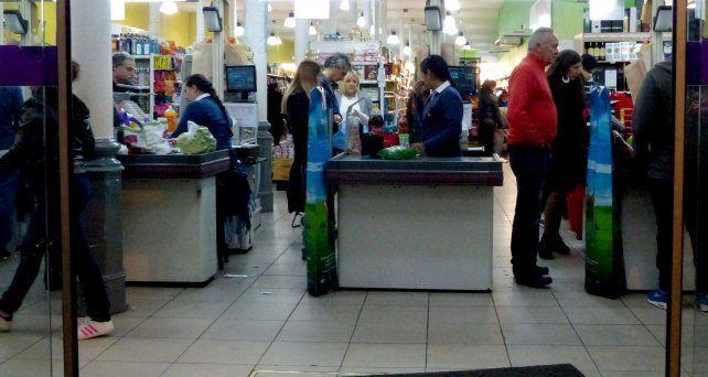 La mayoría de las cadenas de supermercados abrió hoy sus puertas.