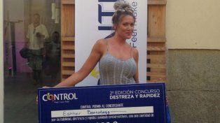 Esther Barrabeig exhibe el cheque por haber sido la más rápida en colocar preservativos.