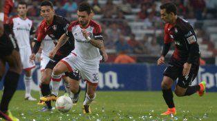Scocco busca complicar a la defensa mexicana en el amistoso.