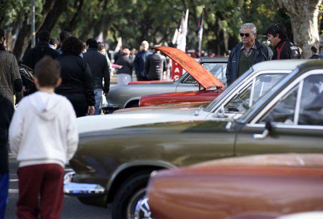 Los automóviles antiguos estacionados sobre Oroño llamaron la atención de grandes y chicos.