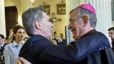 En el atrio. Macri saluda al arzobispo Zecca después del tedéum.