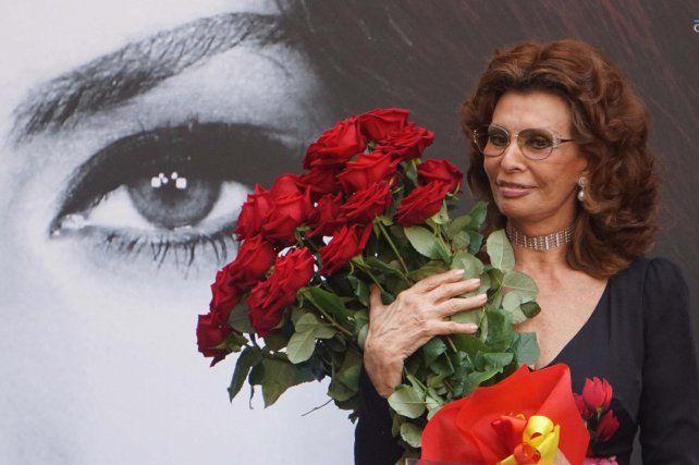 Hermosa. La actriz con un ramo de rosas durante la ceremonia en la Alcaldía.