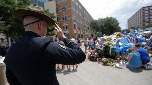 Póstumo Homenaje. Flores y otros recuerdos decoran un patrullero en memoria de los cinco policías asesinados.