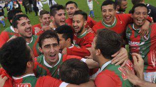 La fiesta del Lobo. Los jugadores de Sportivo Las Parejas celebran el pasaje a cuartos de final del certamen.