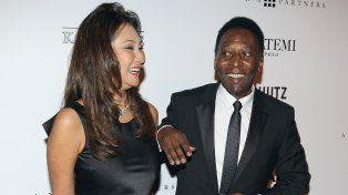 Feliz. Pelé junto a su flamante esposa. Se conocieron en Nueva York.