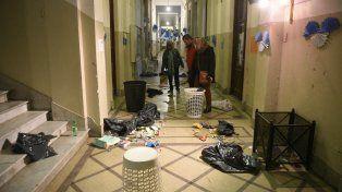La basura apareció toda desparramada en los pasillos del Normal