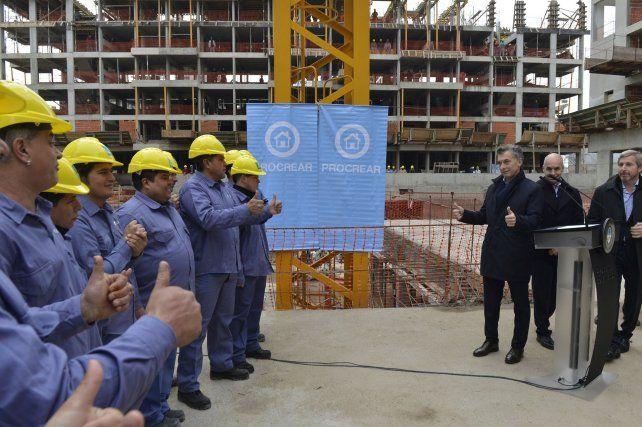 El presidente Mauricio Macri hace un típico gesto con los pulgares hacia arriba junto a un grupo de obreros. Fue durante el relanzamiento del Plan Procrear.