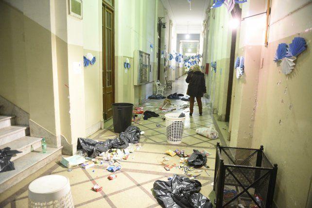 Los pasillos del histórico edificio con basura tirada son una clara muestra del incomprensible vandalismo que sufrió la institución