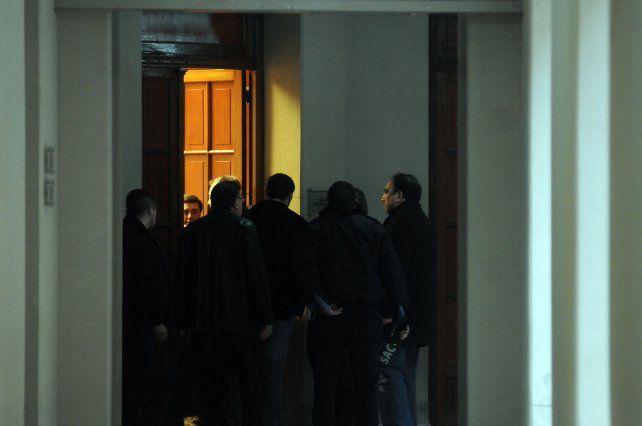 A sala llena resolvió el juez. En la puerta del espacio de los tribunales santafesinos se congregó mucho público.