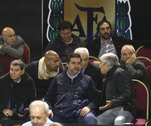 Reunión. La Brujita Verón y Hugo Moyano hablan con Daniel Angelici en el medio.