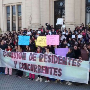 Los médicos residentes se manifestaron hoy frente al hospital Centenario.