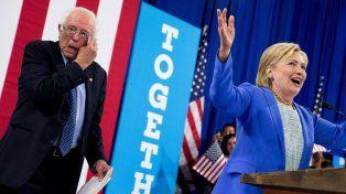 Hillary Clinton subió rápidamente los escalones hacia el escenario y Bernie Sanders la siguió.