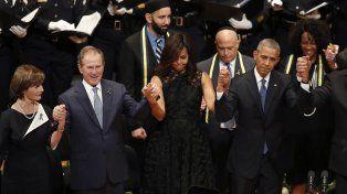 Juntos. Los Obama y los Bush unieron sus manos y plegarias. La división social y racial se profundiza en EEUU.