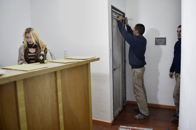 En trabajo. El estudio tuvo que reemplazar la puerta blindada de acceso.