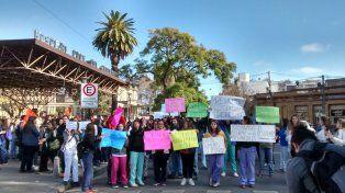 En la calle. Residentes y concurrentes de importantes centros de salud de la ciudad expusieron públicamente la situación que les toca atravesar.