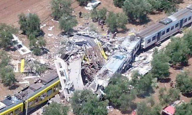 Violento. La colisión de los trenes regionales sucedió tras una curva suave en medio de un campo de olivares.