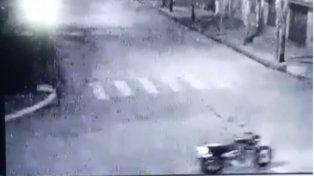 La moto sin conductor atraviesa la intersección de las calles 48 y 22