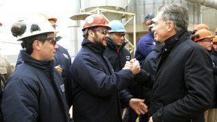 Macri saluda a un grupo de trabajadores de Dreyfus en Bahía Blanca.