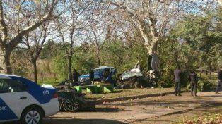 Así quedó el Vectra tras chocar de lleno contra un árbol. (foto vía Twitter @dhfiori)