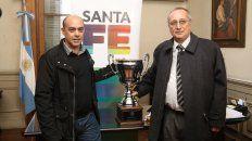 El vicepresidente de Newells, Claudio Martínez, y el presidente de Central, Raúl Broglia, con la Copa Santa Fe en el sorteo de los partidos de los cuartos de la Copa Santa Fe.