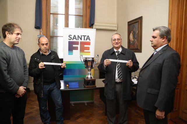 Los dirigentes de ambos clubes realizaron el sorteo de los partidos de ida y vuelta de la Copa Santa Fe.