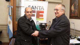 Claudio Martínez y Raúl Broglia se estrechan la mano tras el sorteo de los cuartos de final de la Copa Santa Fe.