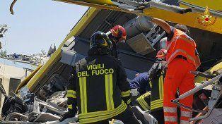 Desastre. Los bomberos siguen revisando los despojos para rescatar restos de las víctimas.